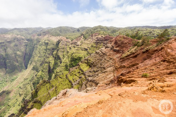 The beautiful colors of the rim of the Nu'alolo Valley